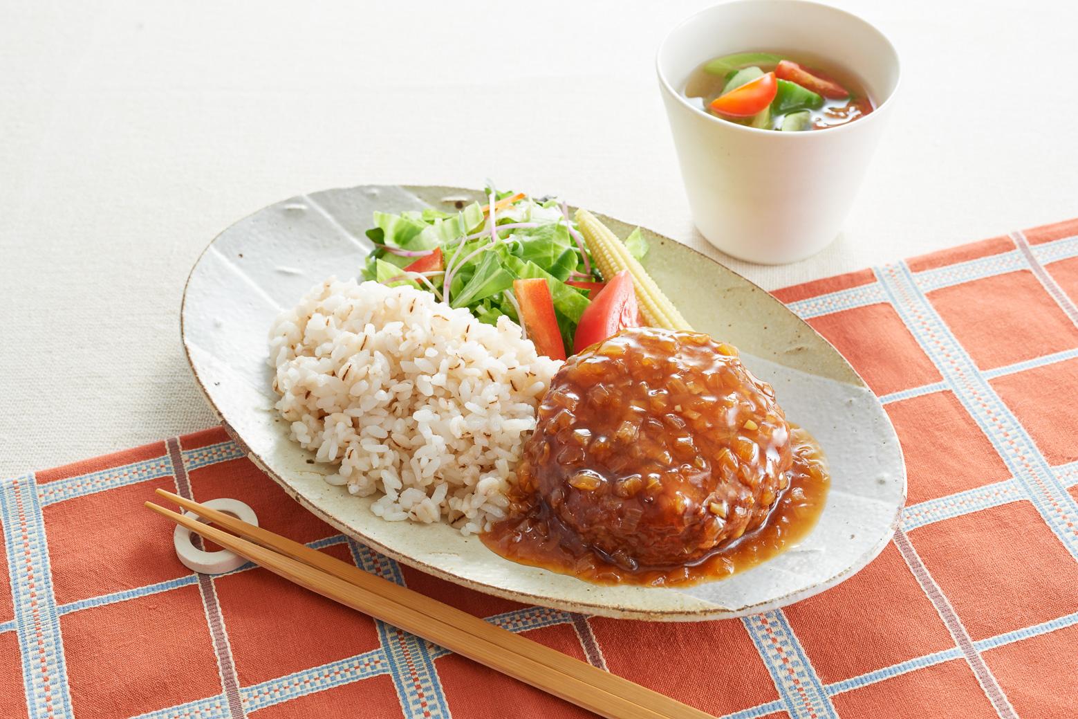 愛知県大府市産 知多3号玉ねぎ使用ハンバーグ たまり醤油のオニオンソース 食卓イメージ