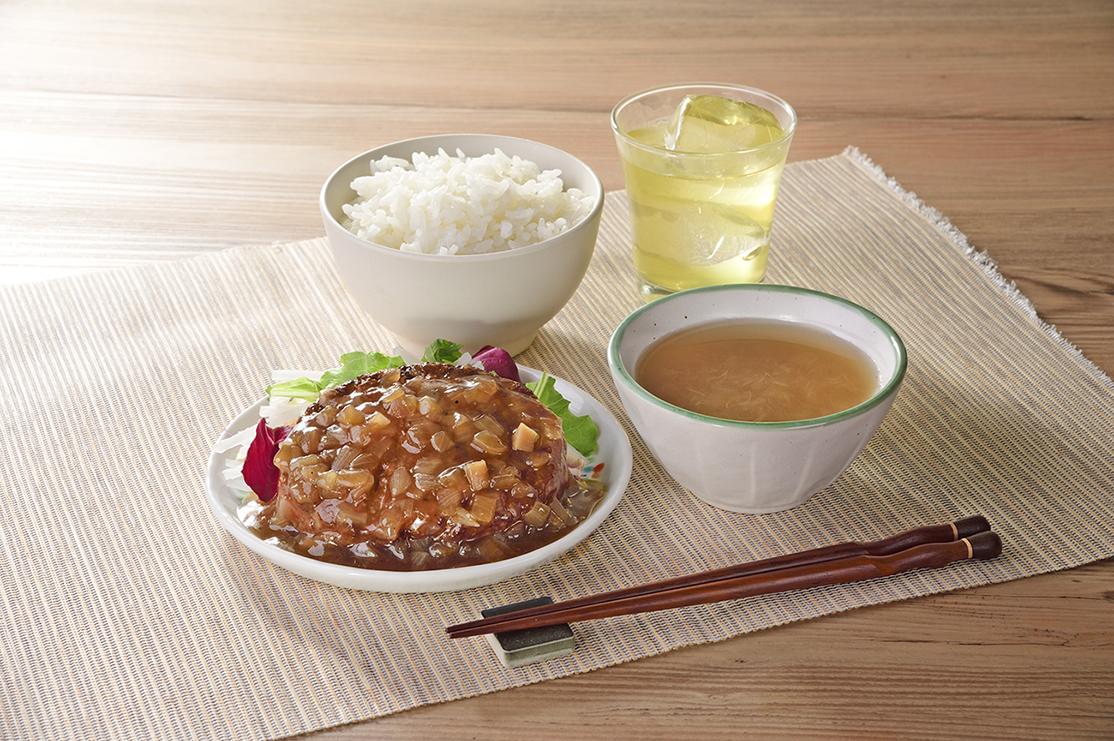 京都府亀岡市曽我部町産特産品 曽(まるそ)玉ねぎを使ったハンバーグ オニオンソース 食卓イメージ