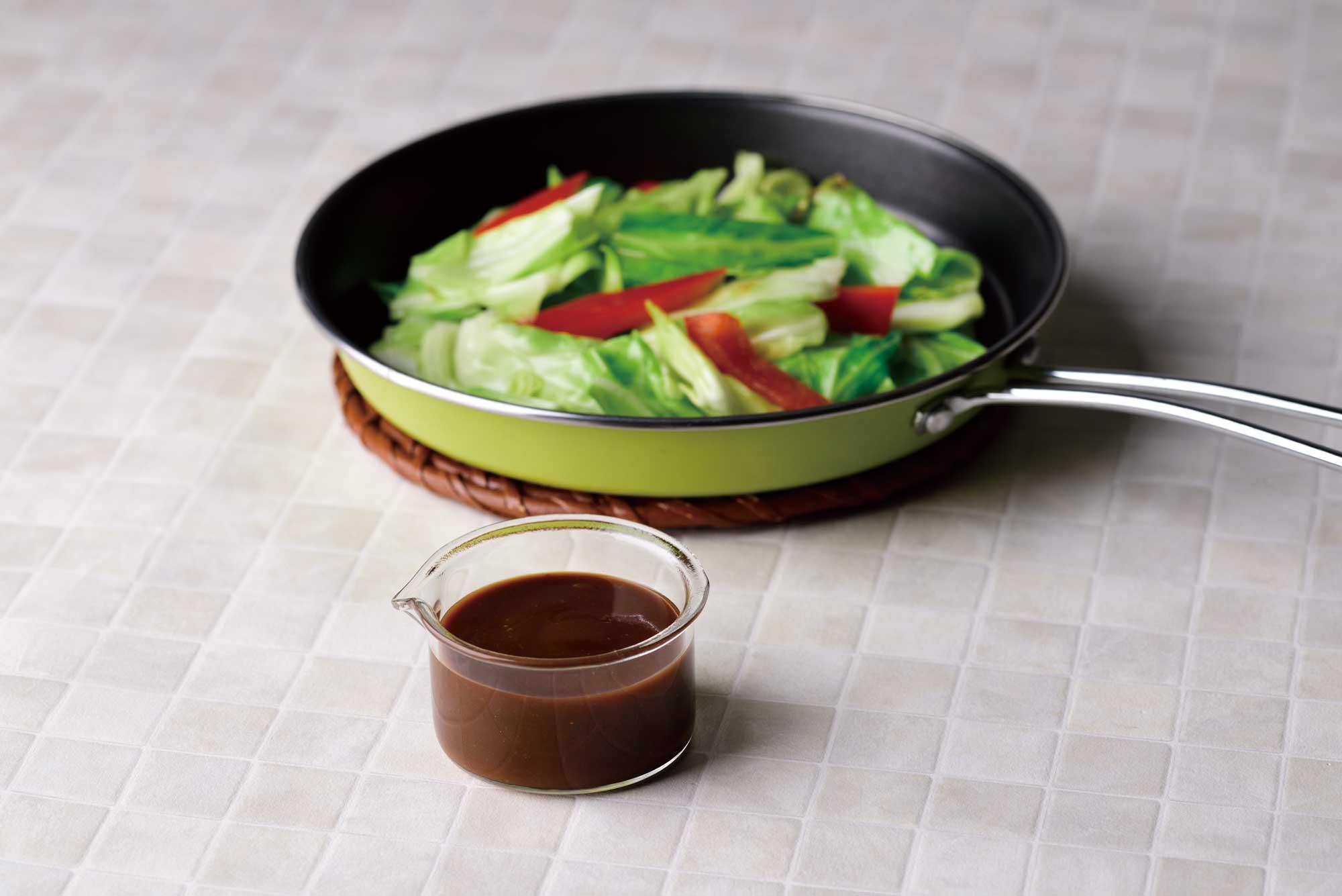 野菜のためのソースたまり醤油と牡蠣油盛り付け