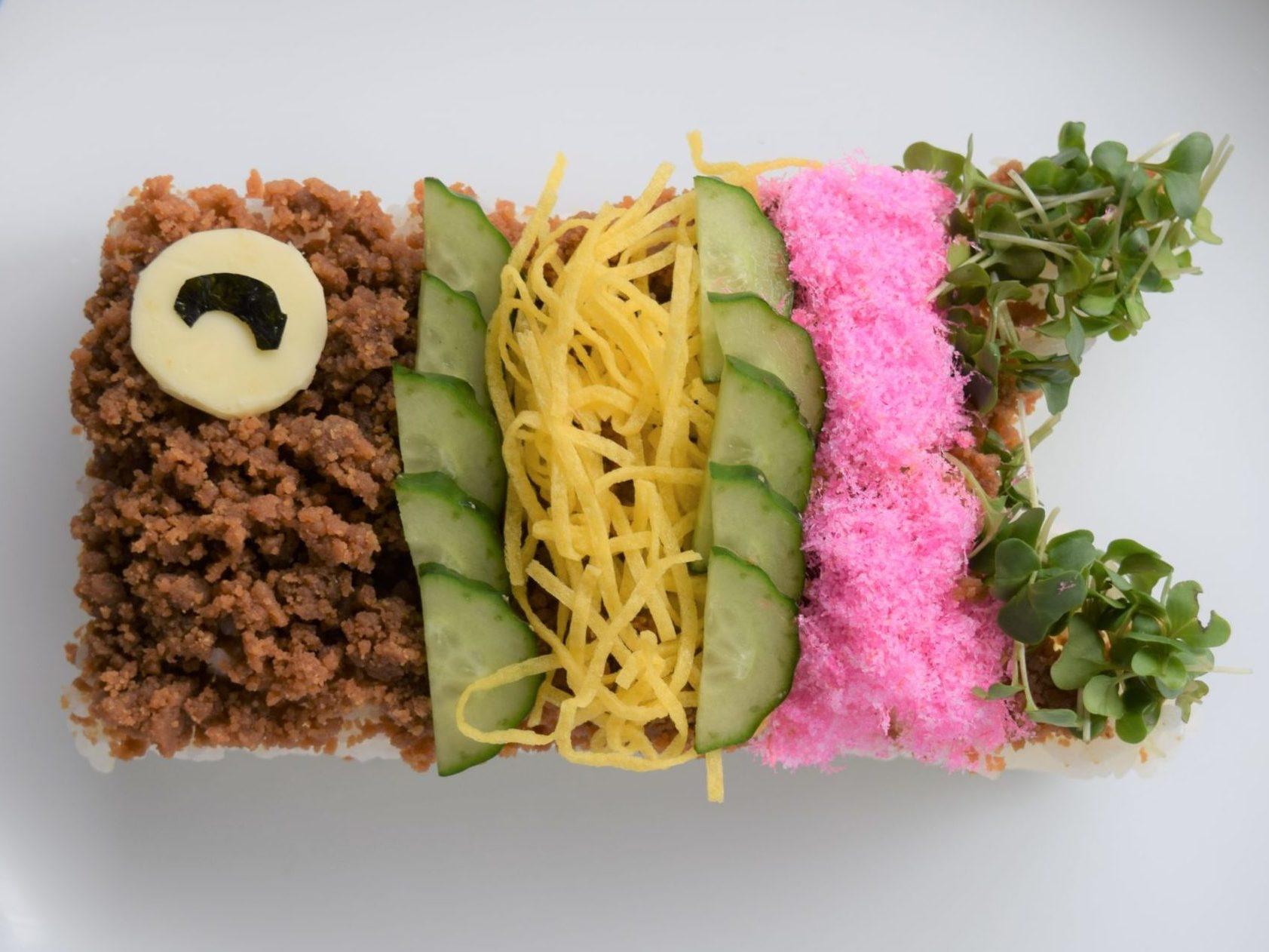 とりそぼろを使った こいのぼりの押し寿司