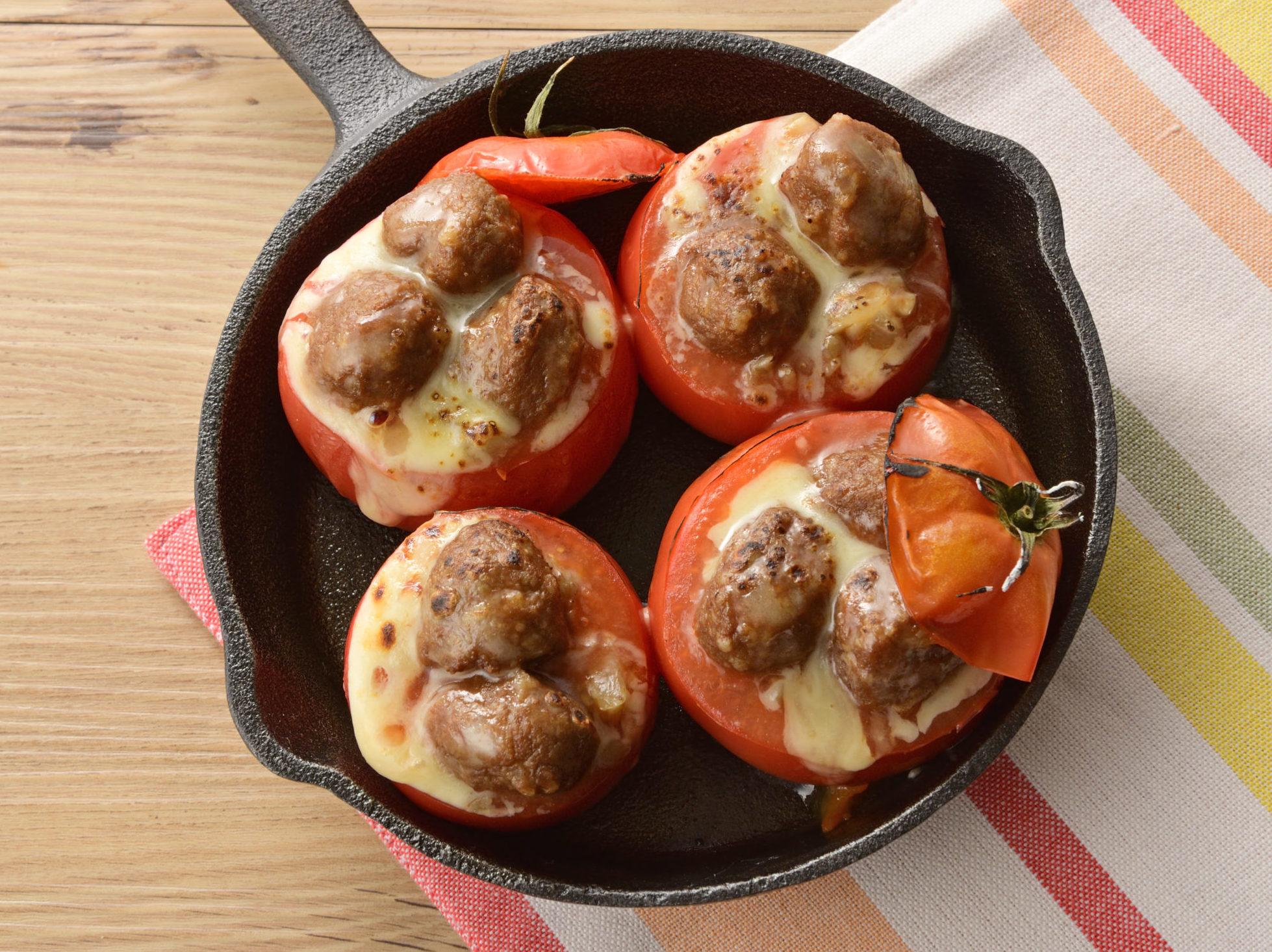 ミートボールがごろっと入ったトマトの肉詰め焼き